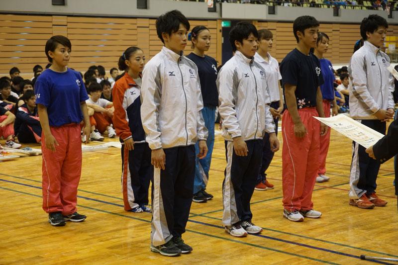 男子個人総合は優勝が野々村(前列左から2番目)、2位に萱(前列左)、3位に白井健三(前列右から2番目)となった