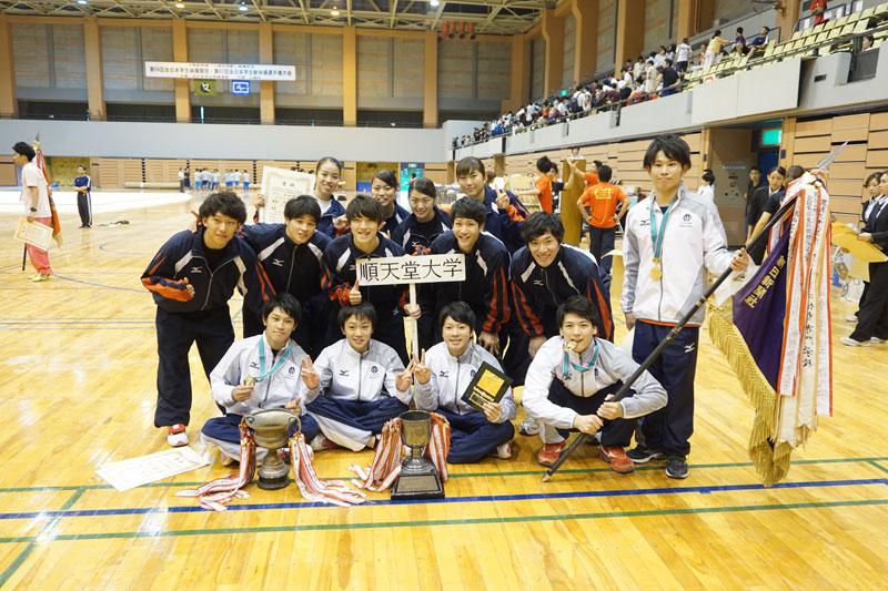表彰は1、2部すべて最終日に行われた。写真は男子団体で優勝した順天堂大学のメンバー