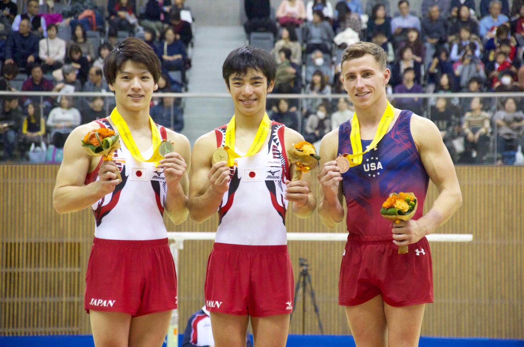 ゆかでメダルを獲得した左から早坂、白井、ペネフ。「自分が世界を引っ張っていきたい」と白井