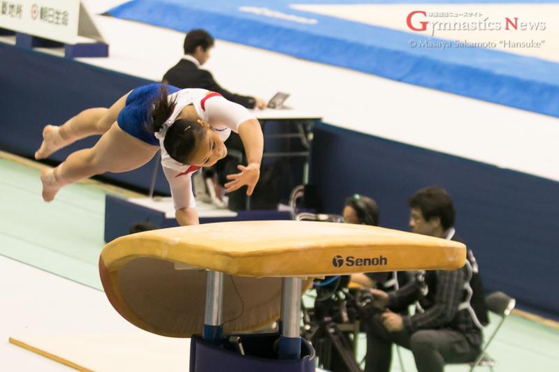 跳馬の演技をする村上茉愛。予選以上の得点で連覇を目指す