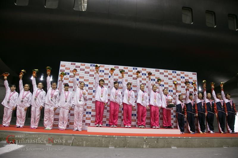表彰台に上がった日本体育大学(中央)、